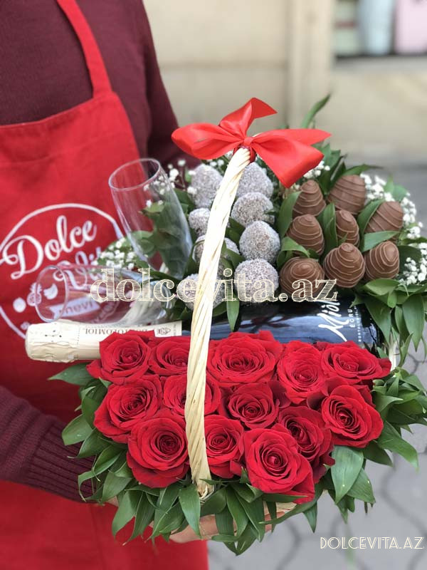 Choco strawberry in basket with roses and champain M