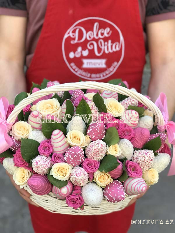 Choco strawberry in basket with roses M