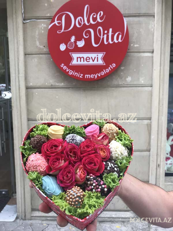 Heart shaped box with spray roses XS size