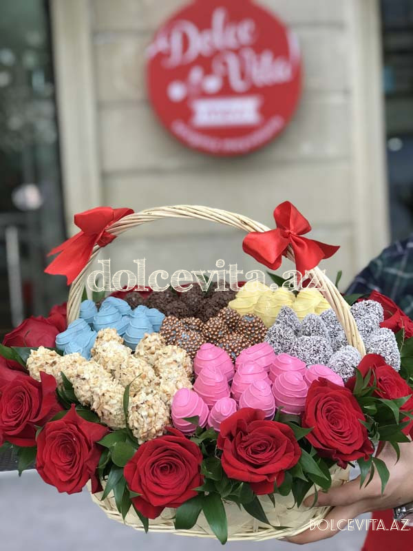 Choco strawberry in basket with roses L