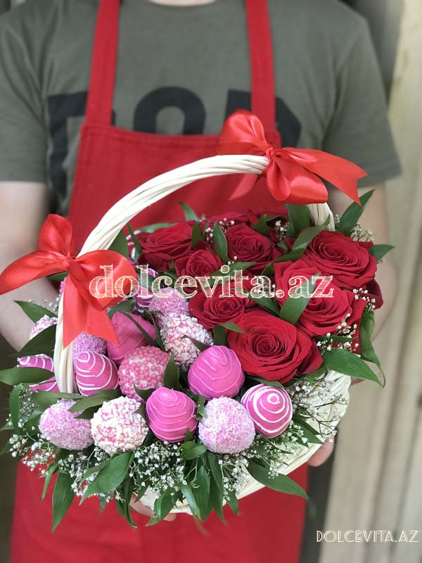 Choco strawberry in basket with roses S